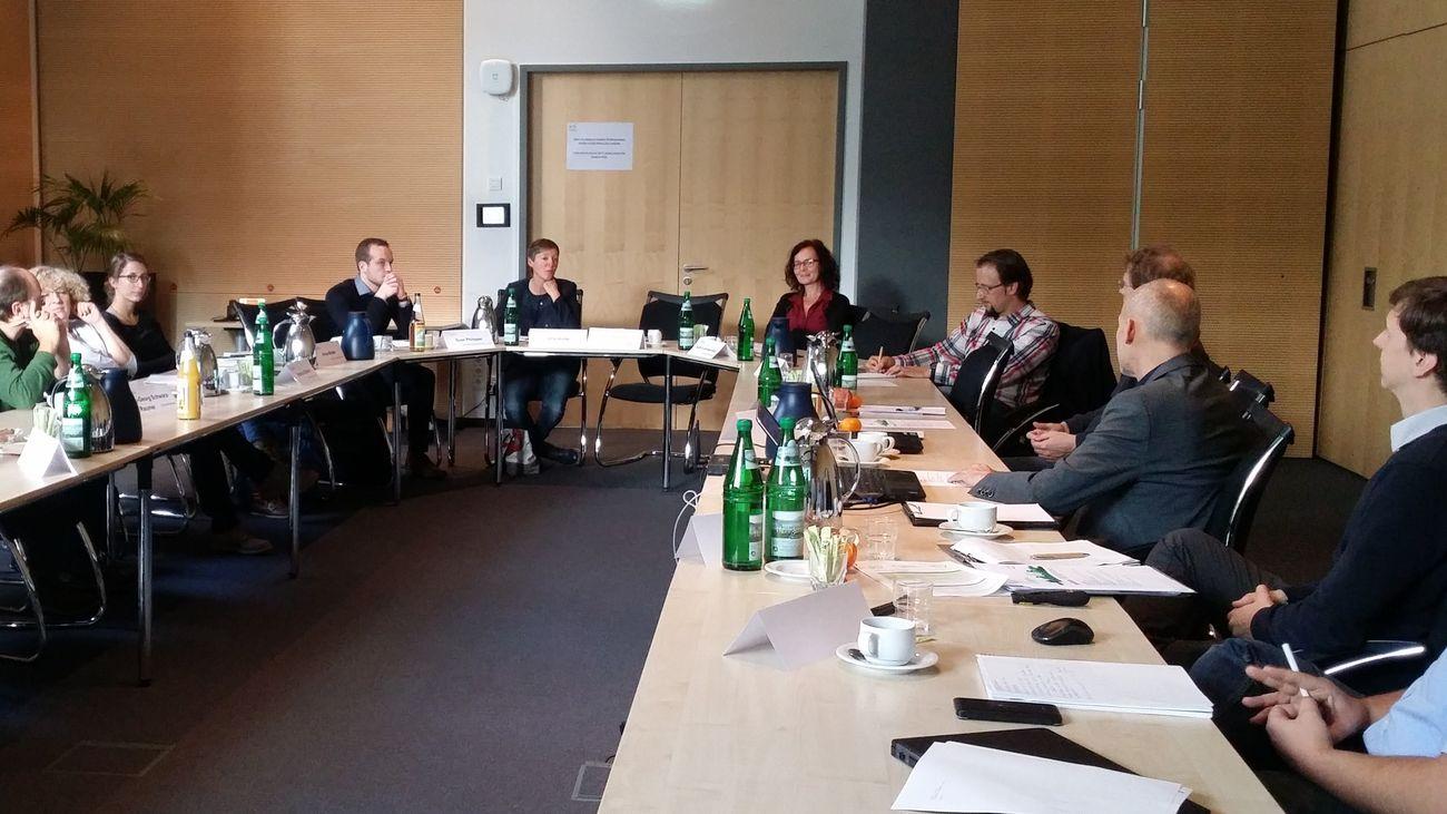 Die Teilnehmerinnen und Teilnehmer diskutieren im Besprechungsraum