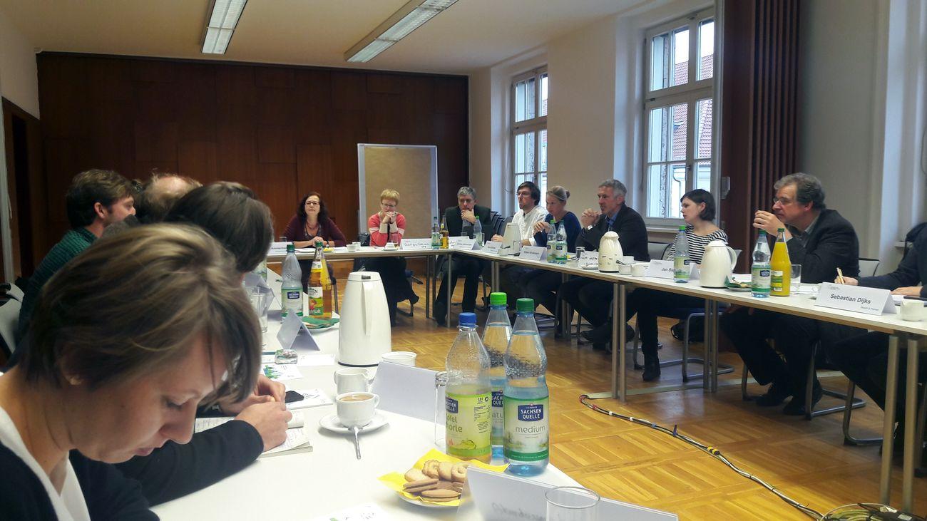 Teilnehmerinnen und Teilnehmer des Workshops im Konferenzraum